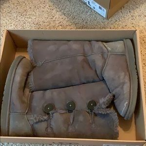 women's bailey button triplet grey uggs!